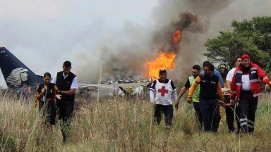 Самолет със 101 души се разби в Мексико (видео)