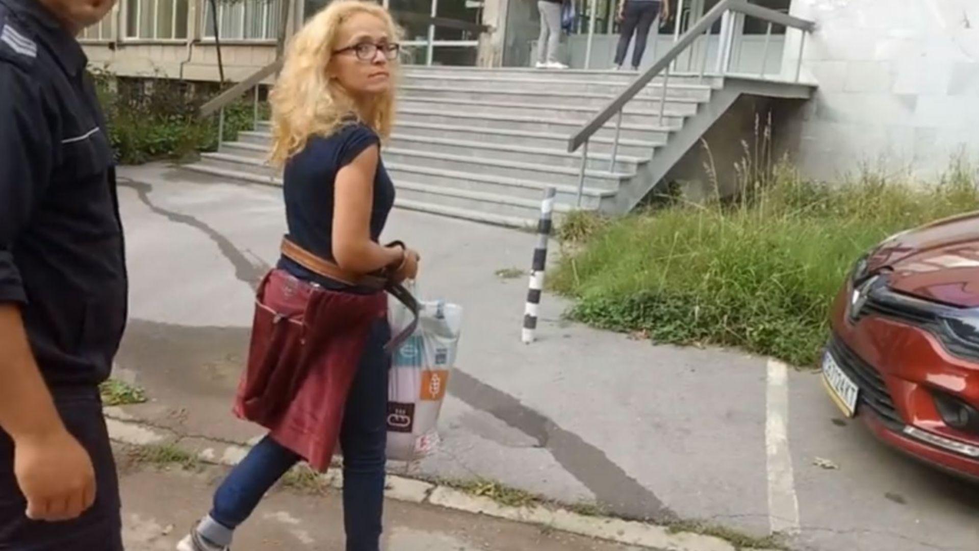 Иванчева влезе в болница с белезници на ръцете и краката