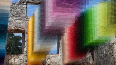 """Хипнотизираща инсталация съживява 400-годишна руина с цветни """"пиксели"""""""