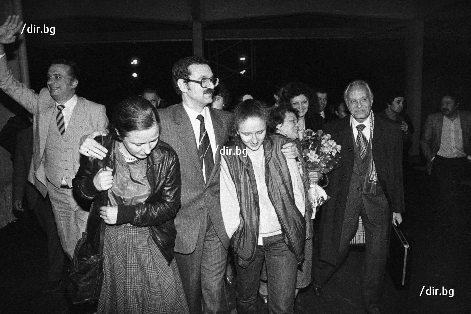 Сергей Антонов се завръща в България през 1986 г., посрещнат от съпругата и дъщеря си.
