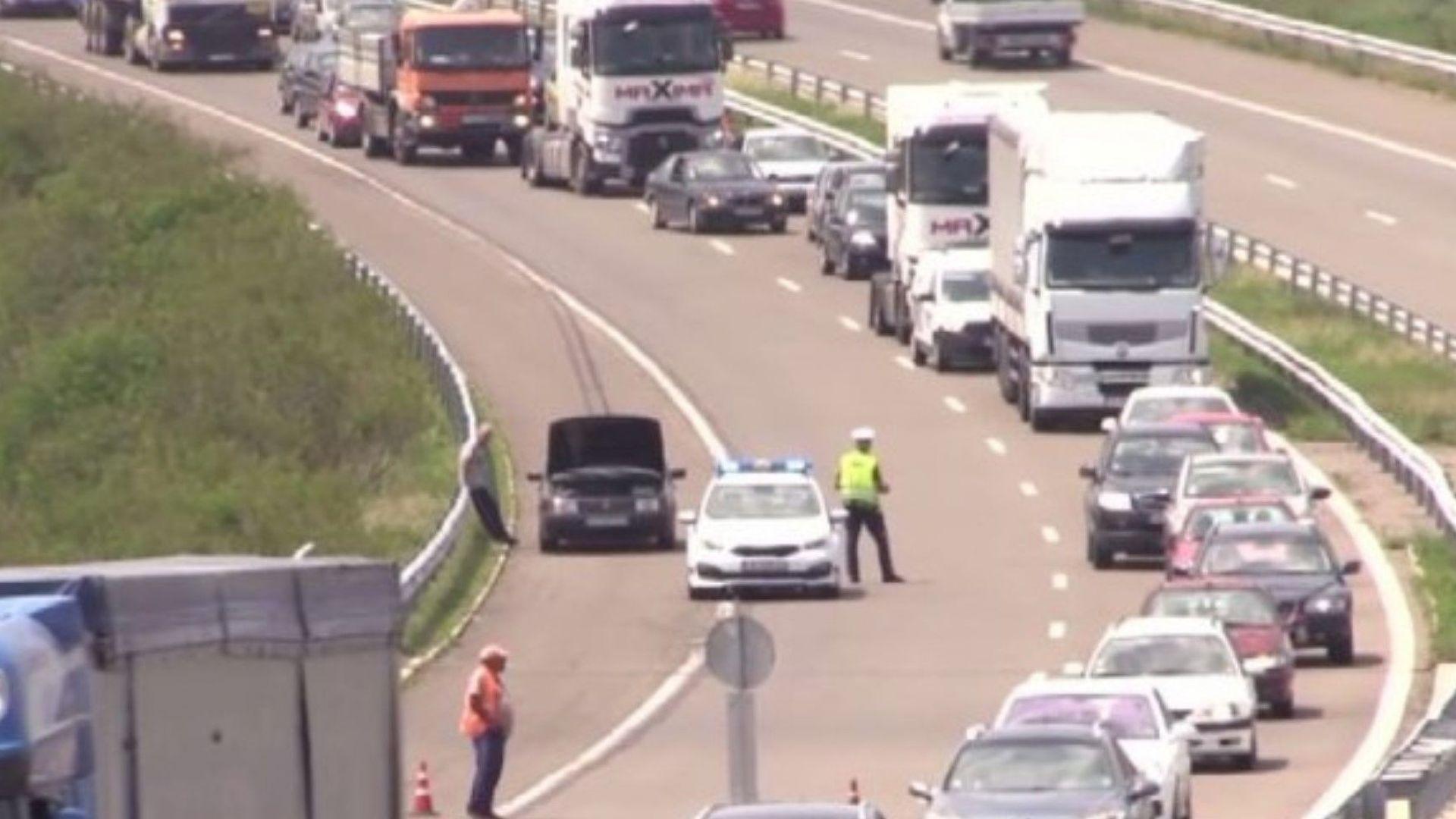 Километрично задръстване и обходен маршрут за леките коли по пътя им към Бургас