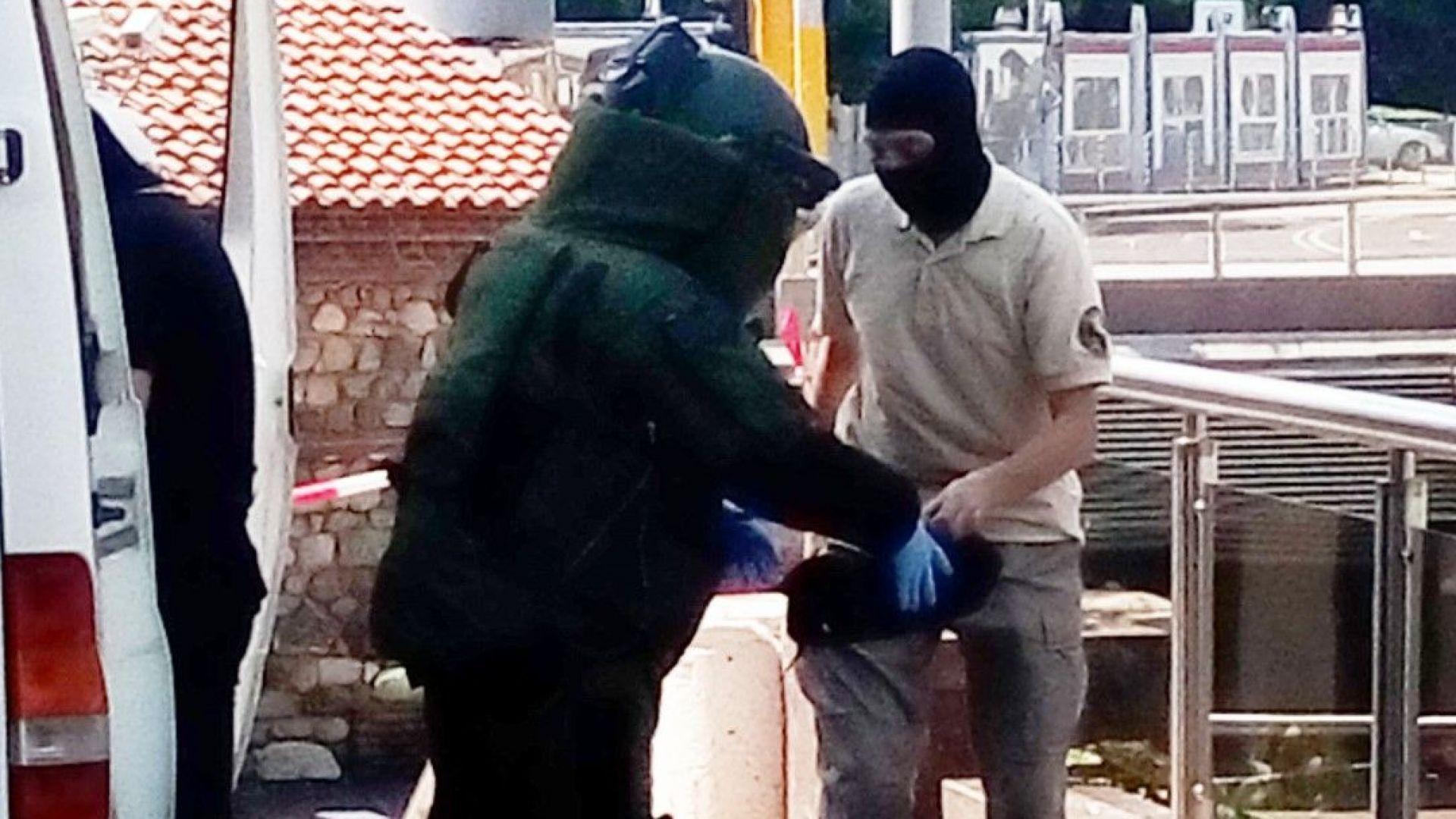 Изоставена раница вдигна на крак полицията