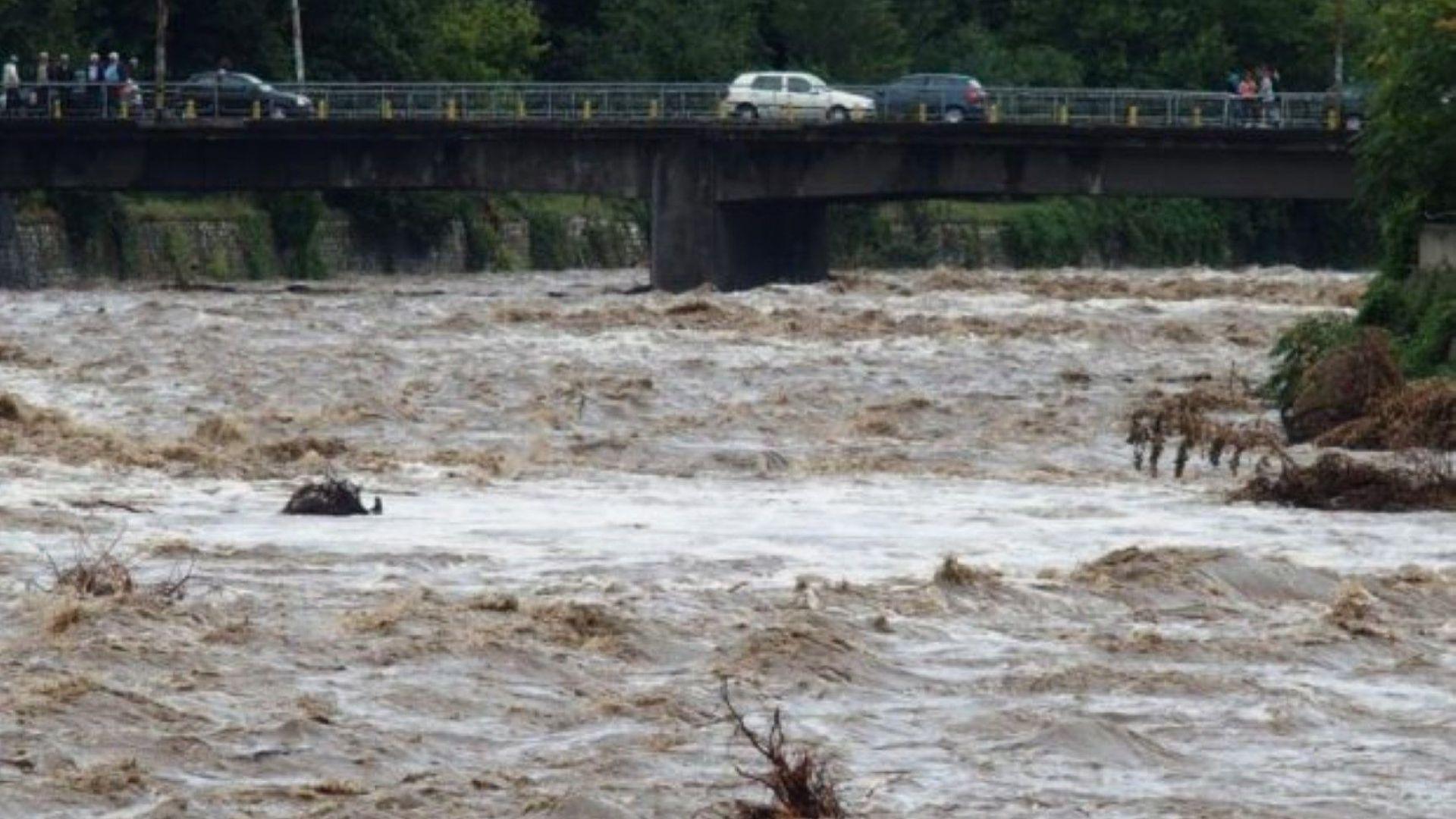 Река Чая преля и наводни пътя между пловдивски села