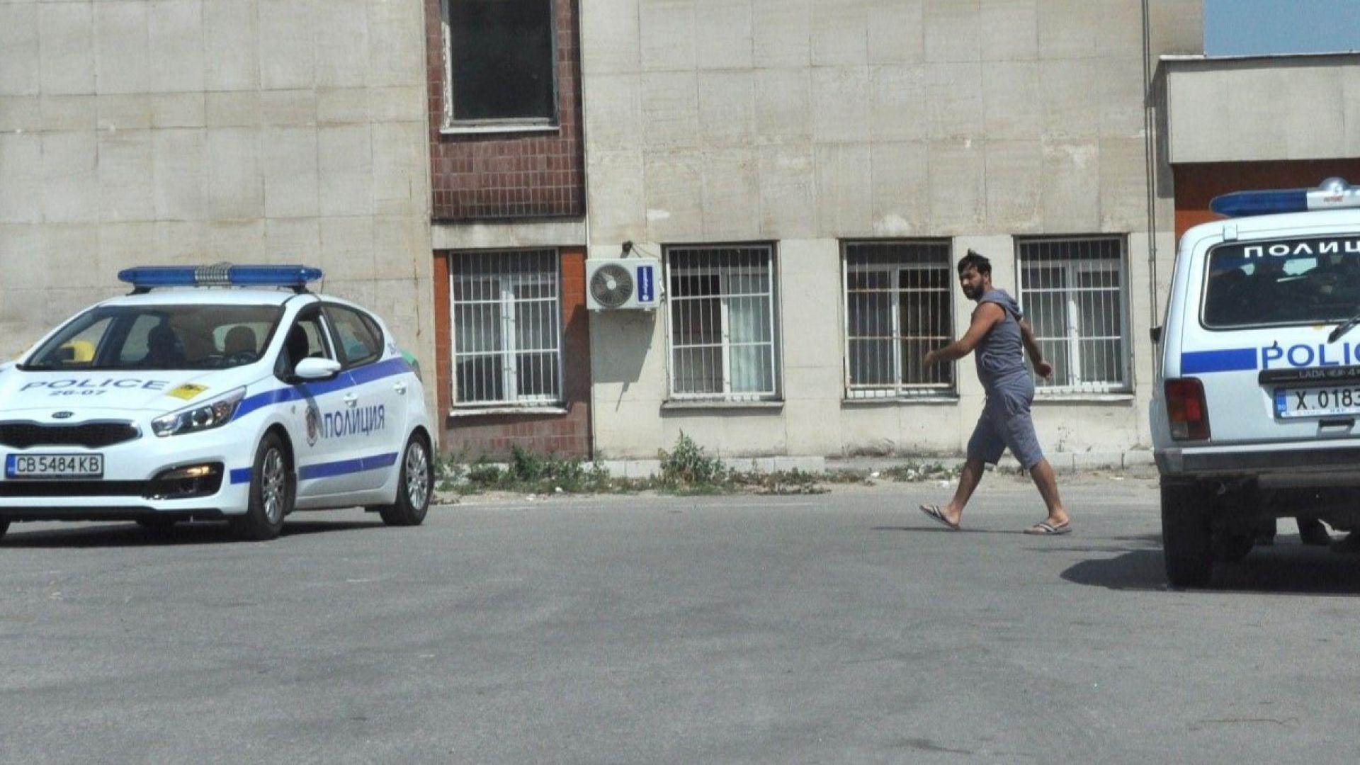 Циганите, нападнали с брадви полицаи, опитали и да ги прегазят