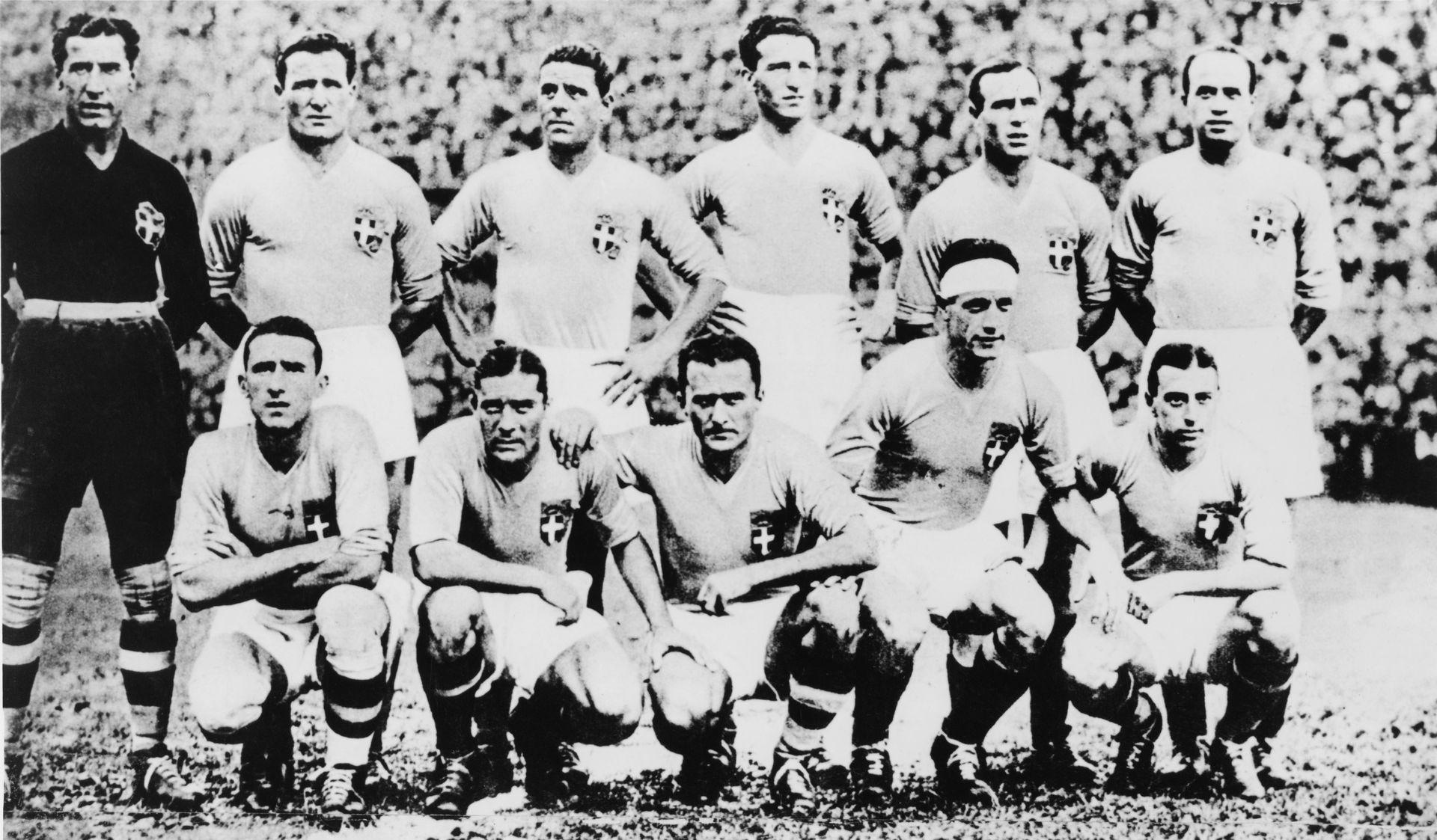 """Джузепе Меаца два пъти стана Световен шампион с Италия през 1934 и 1938 г., като на втория Мондиал бе капитан. На снимката със """"скуадра адзура"""" той е вторият отляво на долния ред."""