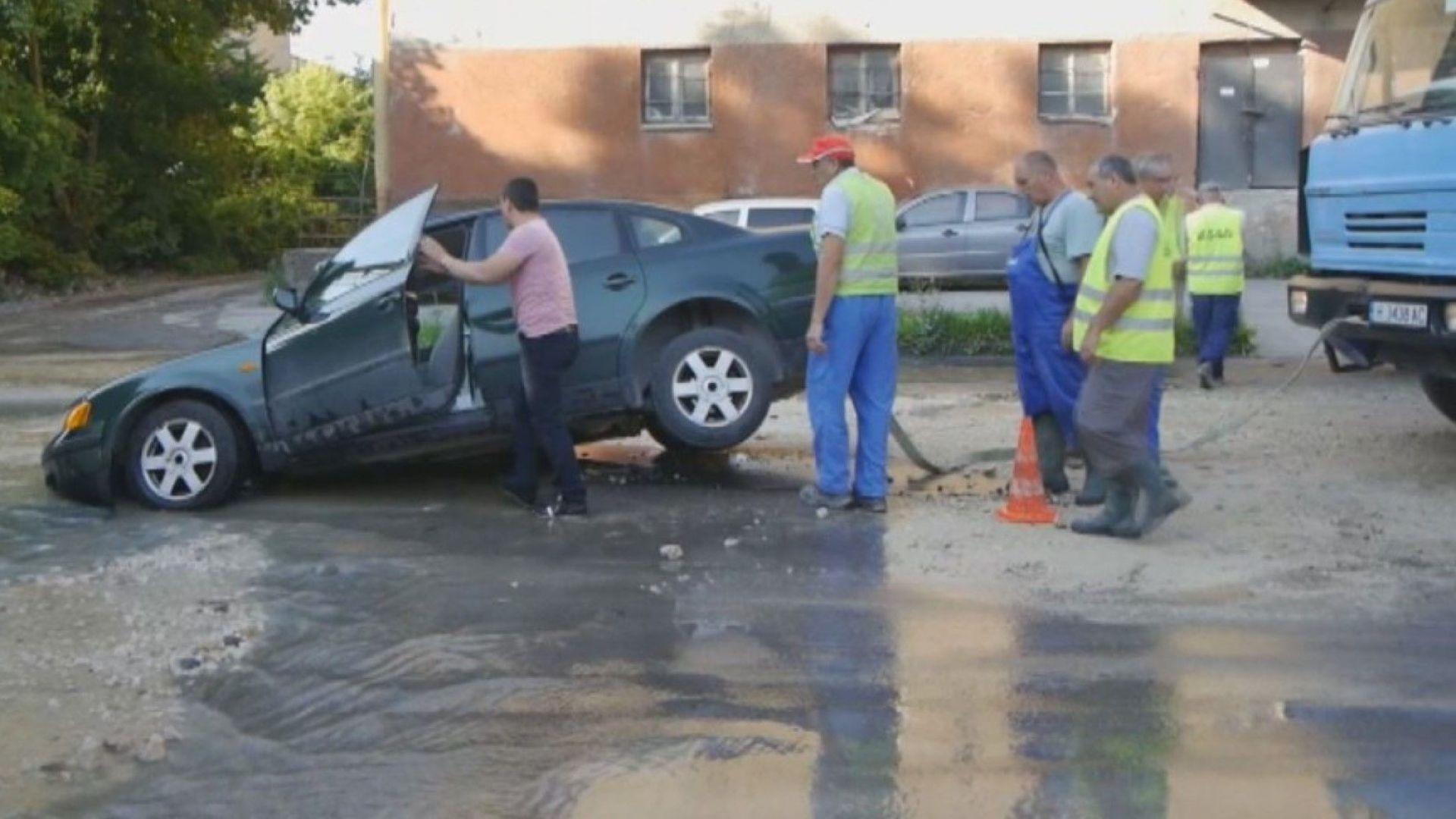 Кола пропадна в дупка на шуменски булевард (видео)