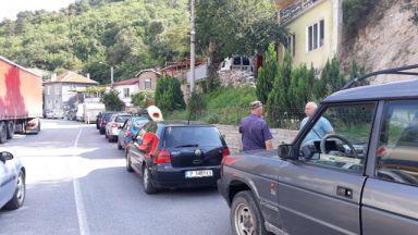 """Стотици коли и тирове в """"капан"""" на пътя Кричим - Девин"""