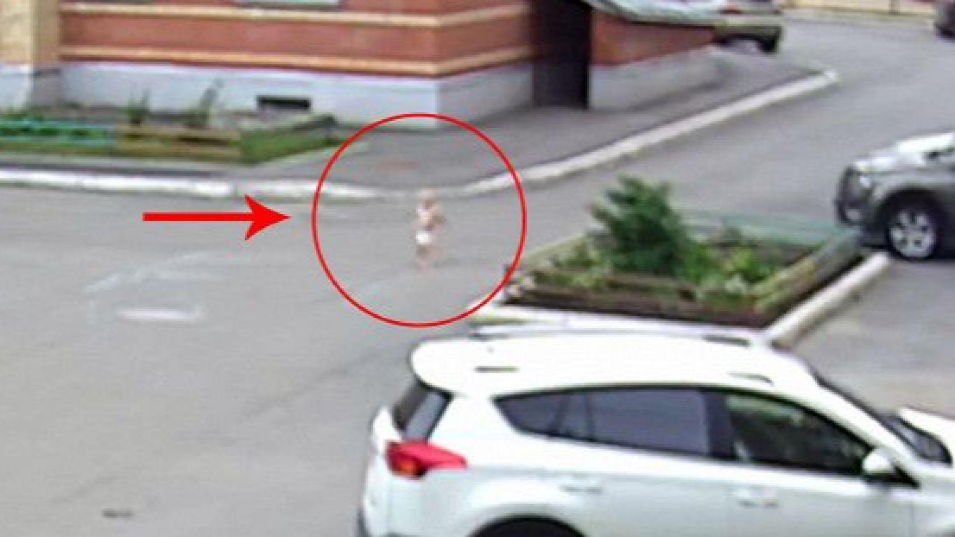 18-месечно момченце избяга от яслата само по памперс (видео)