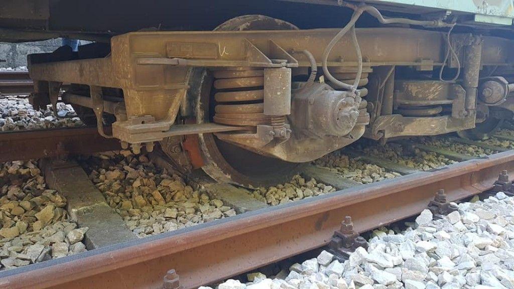 Вторият вагон на влака е излязъл от релсите с последните си 2 колела