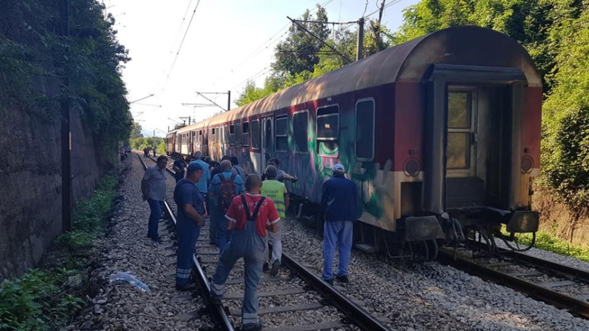 Пътнически влак дерайлира край Мездра
