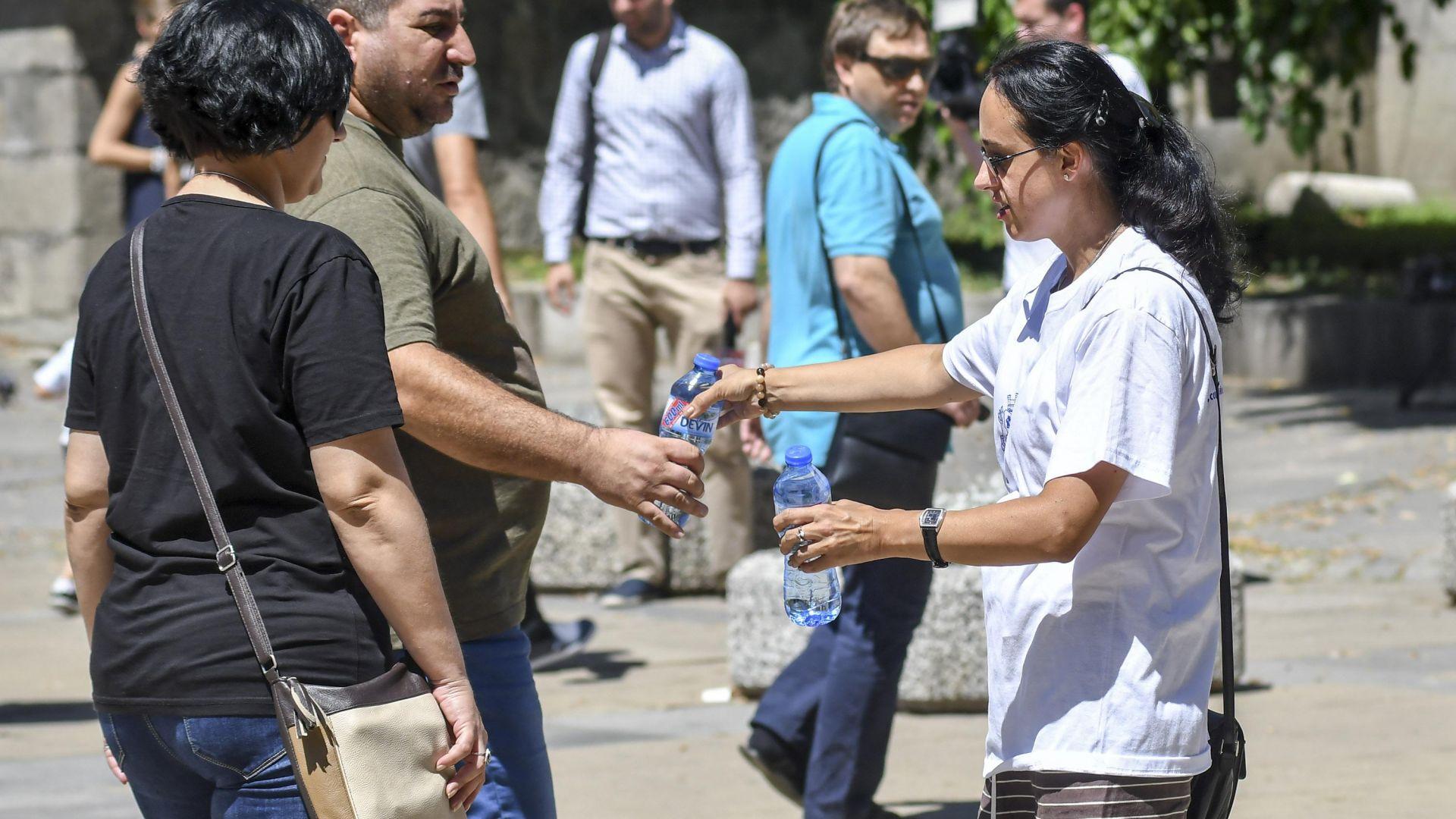 Раздават минерална вода заради жегите в София