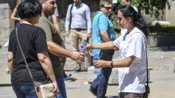 Раздават минерална вода в центъра на София заради жегите