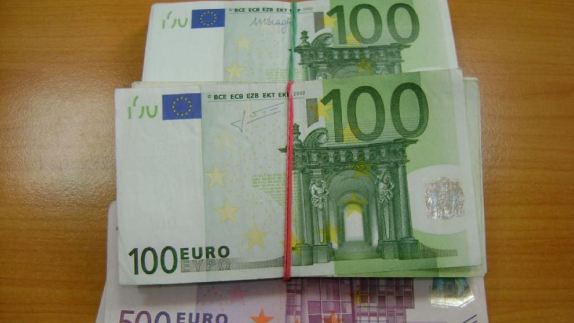 48 000 евро, укрити в сутиена и по тялото на пътничка, задържаха митничари