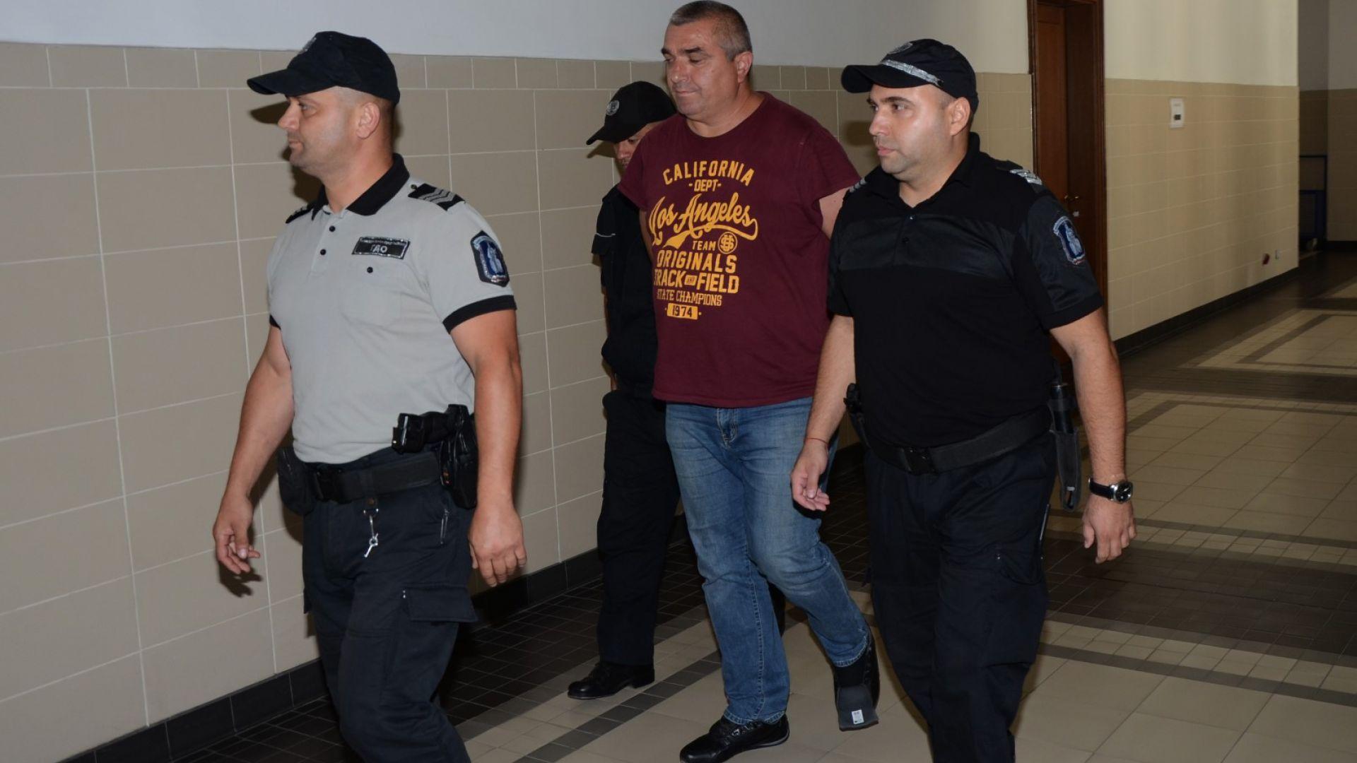 Будимир Куйович конвоиран на път за съдебната зала