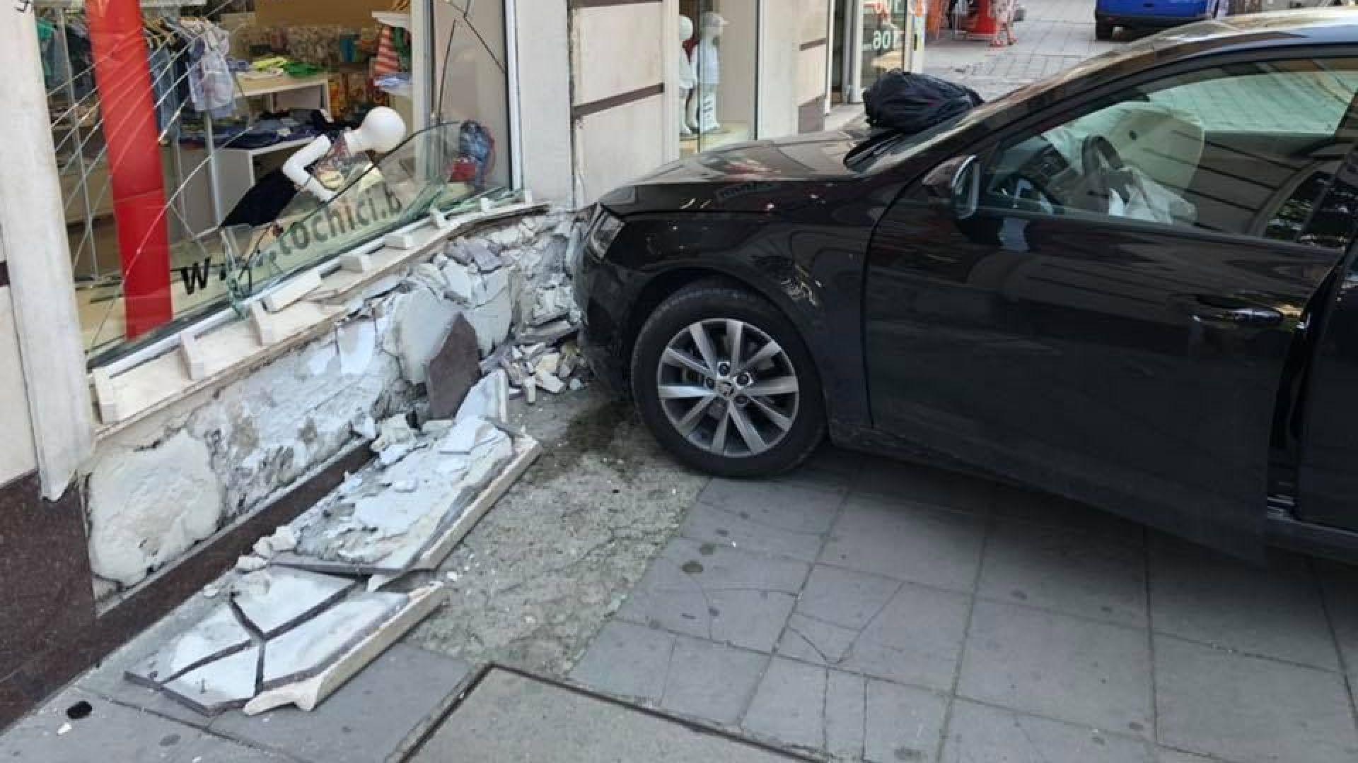 Камион блъсна кола в заведение, а друга се вряза в магазин