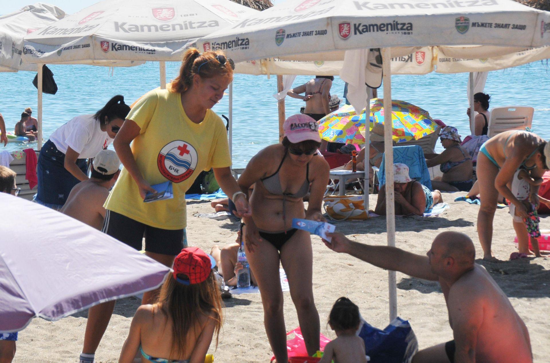 Раздават брошури с важна информация за безопасност при къпане в морето