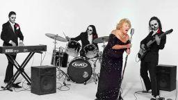 """96-годишна, оцеляла през Холокоста, пее death metal и предизвиква """"жената с косата"""""""