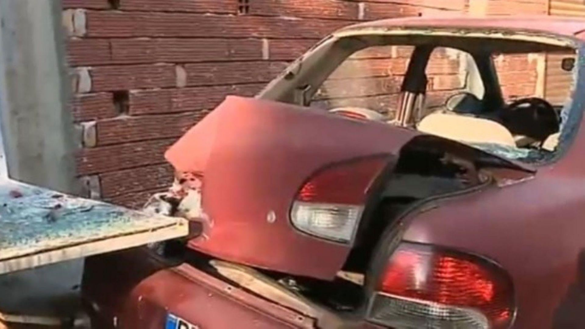 Мъж потроши колата на съседите си заради лаещото им куче (снимки)