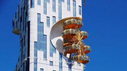 Вижте първия небостъргач в света с виенско колело на фасадата