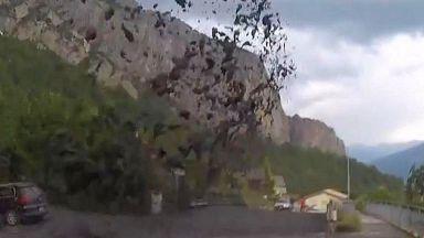 Кални фонтани затрупаха коли и къщи в Швейцария (видео)