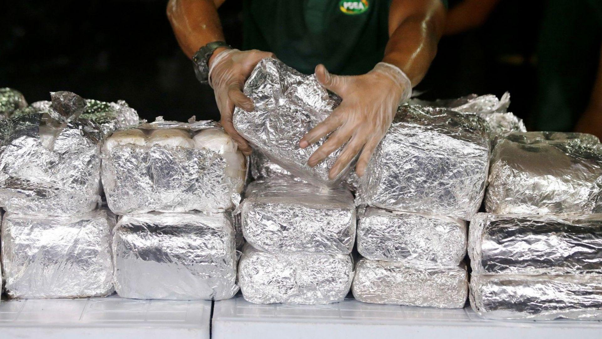 Румънските власти са открили над 800 кг кокаин в преобърната лодка на плаж