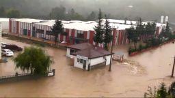Силен и ураганен вятър бушува в окръг Анкара в Турция