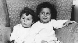 """Снимката на две деца, спасени при трагедията с """"Титаник"""", обиколила световната преса"""