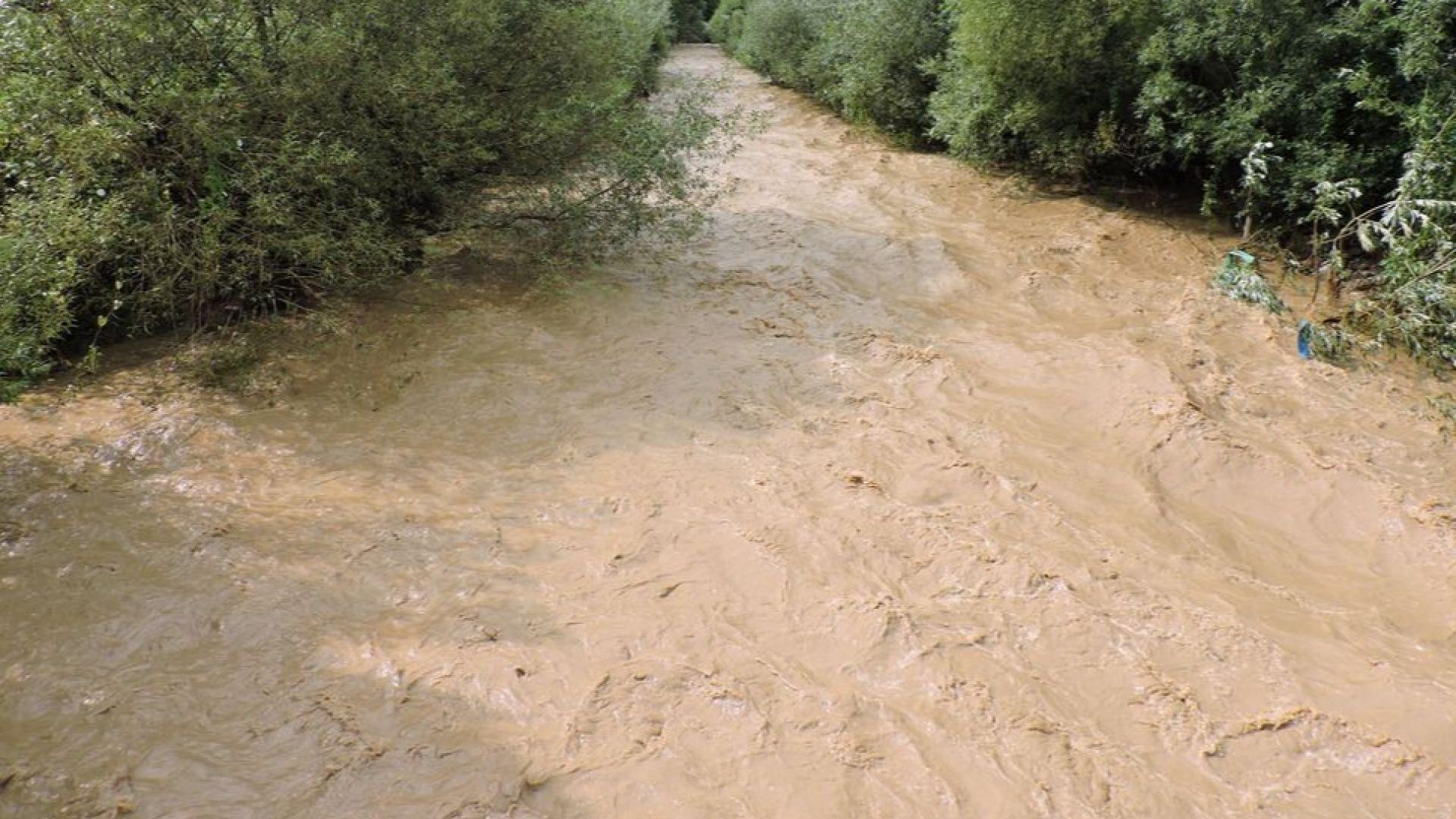 Опасни води? Река Малък Искър смени цвета си