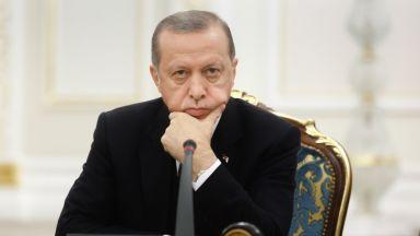 Турци горят долари и унищожават айфони след призив на Ердоган (видео)