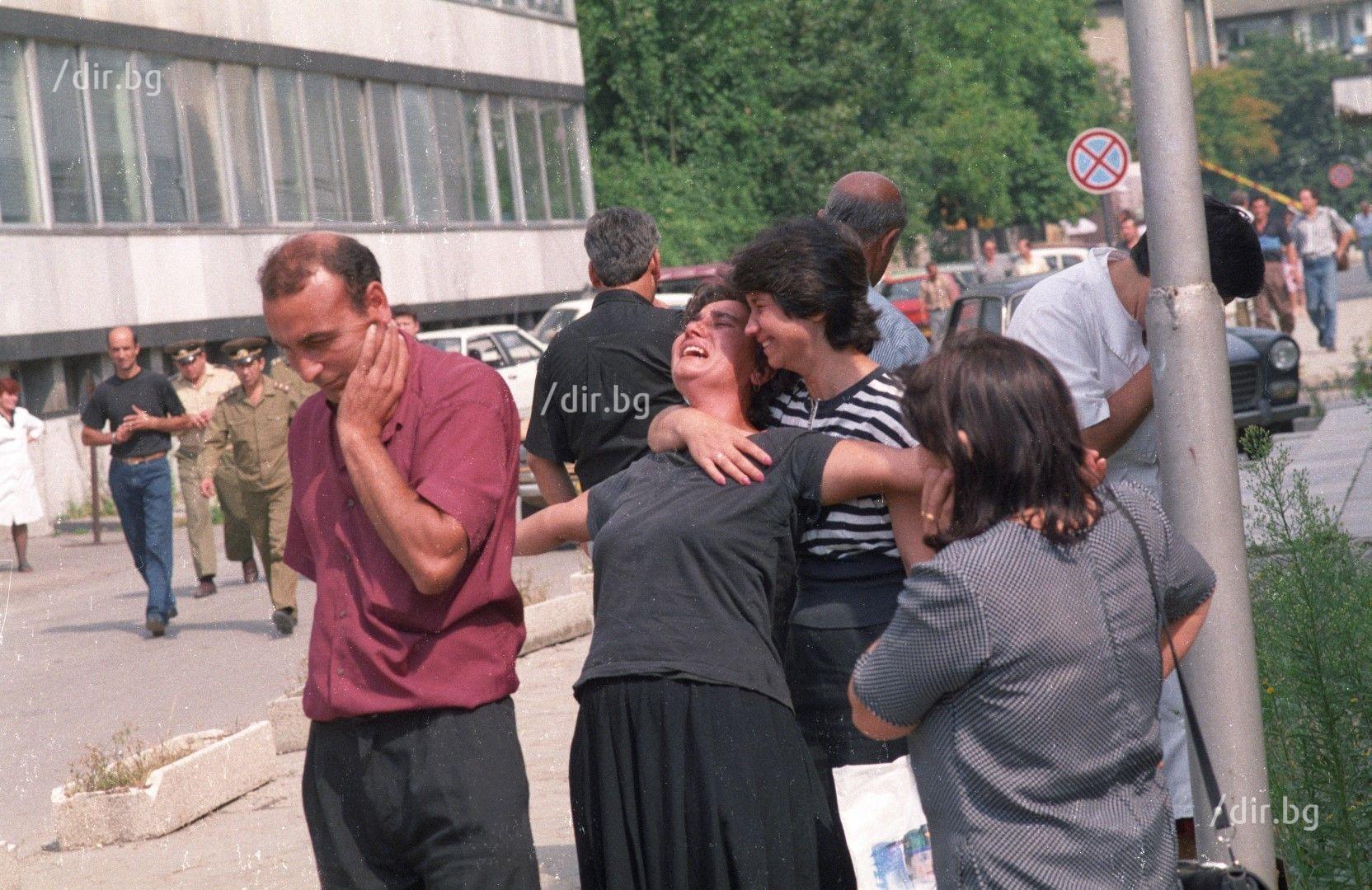 Смазаните от скръб роднини на жертвите плачат безутешно пред ВМА, където трябва да разпознаят овъглените си деца.