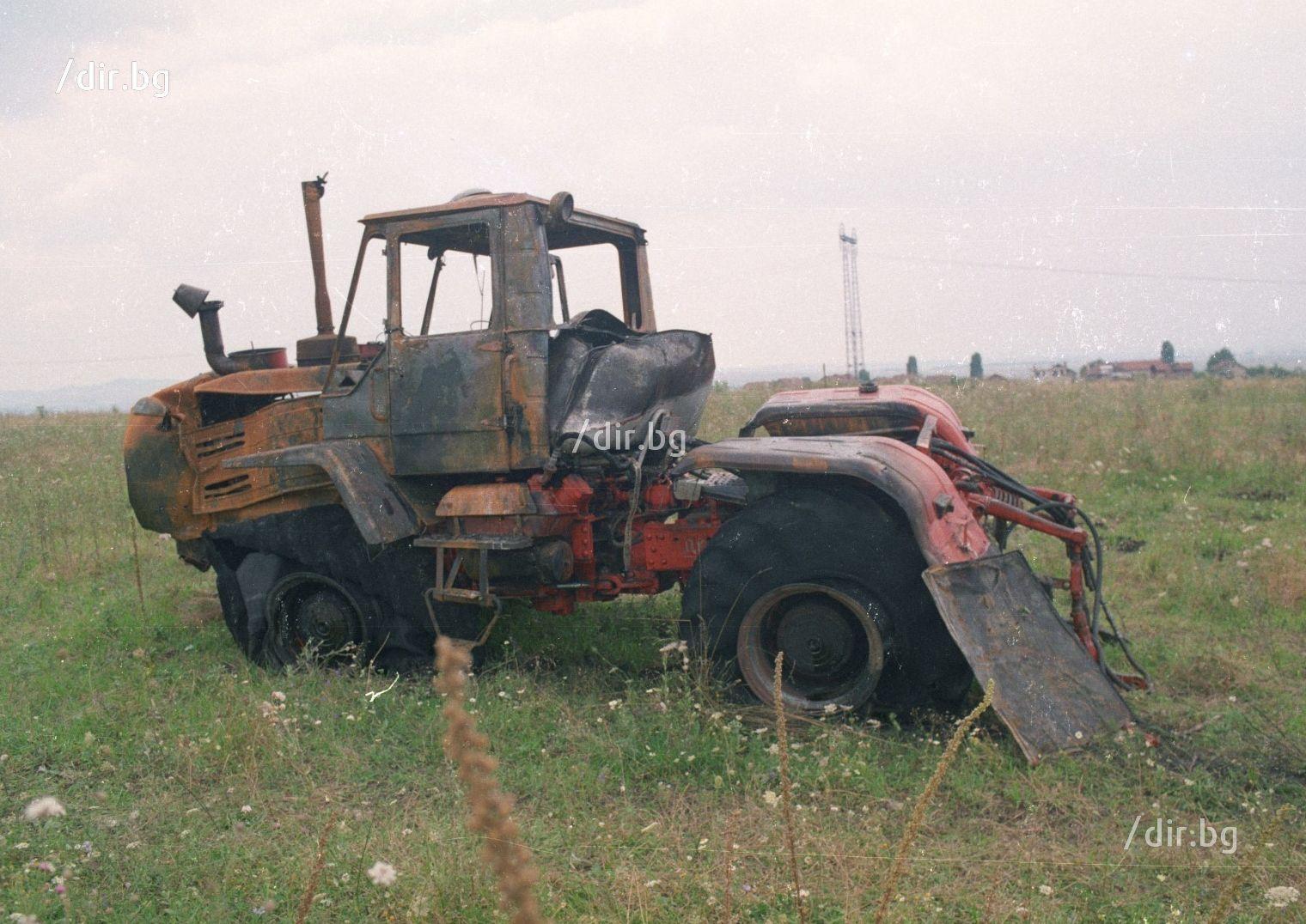 Шофьорът на трактора Любен Ковачки по чудо се разминава със смъртта.