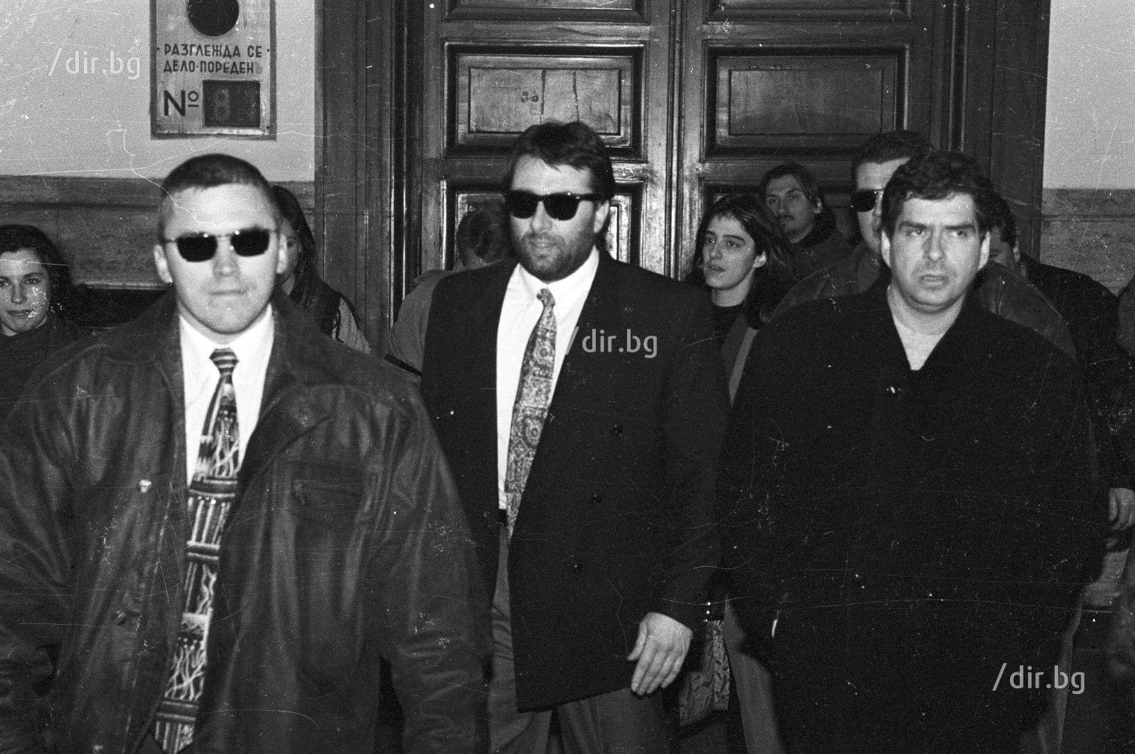 Показанията на Карамански обръщат хода на делото. Той е първият съобщил, че е чул изстрели край камиона. След това отрича и така става ясно, че лъже или поне не казва цялата истина.