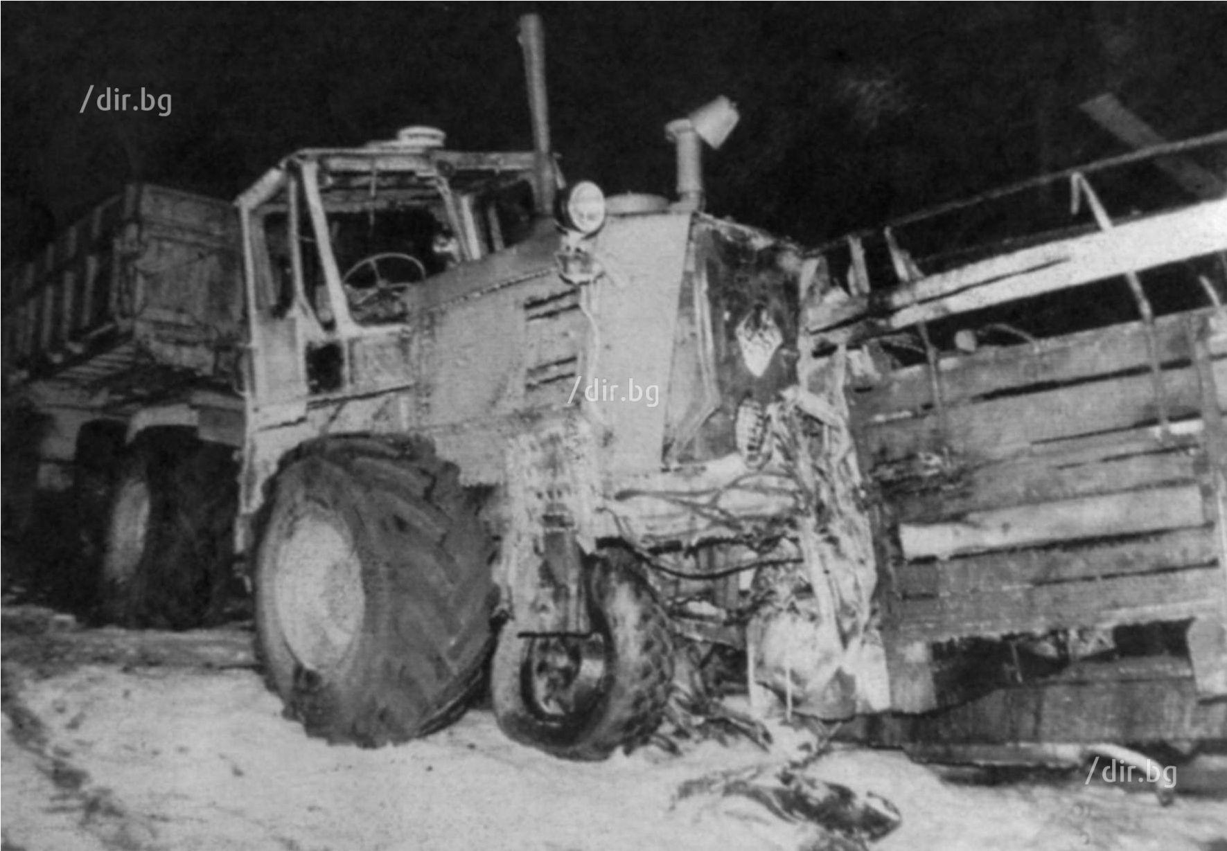 Смазаната до неузнаваемост кабина на газката след удара в трактора. Войниците в каросерията изгарят живи.
