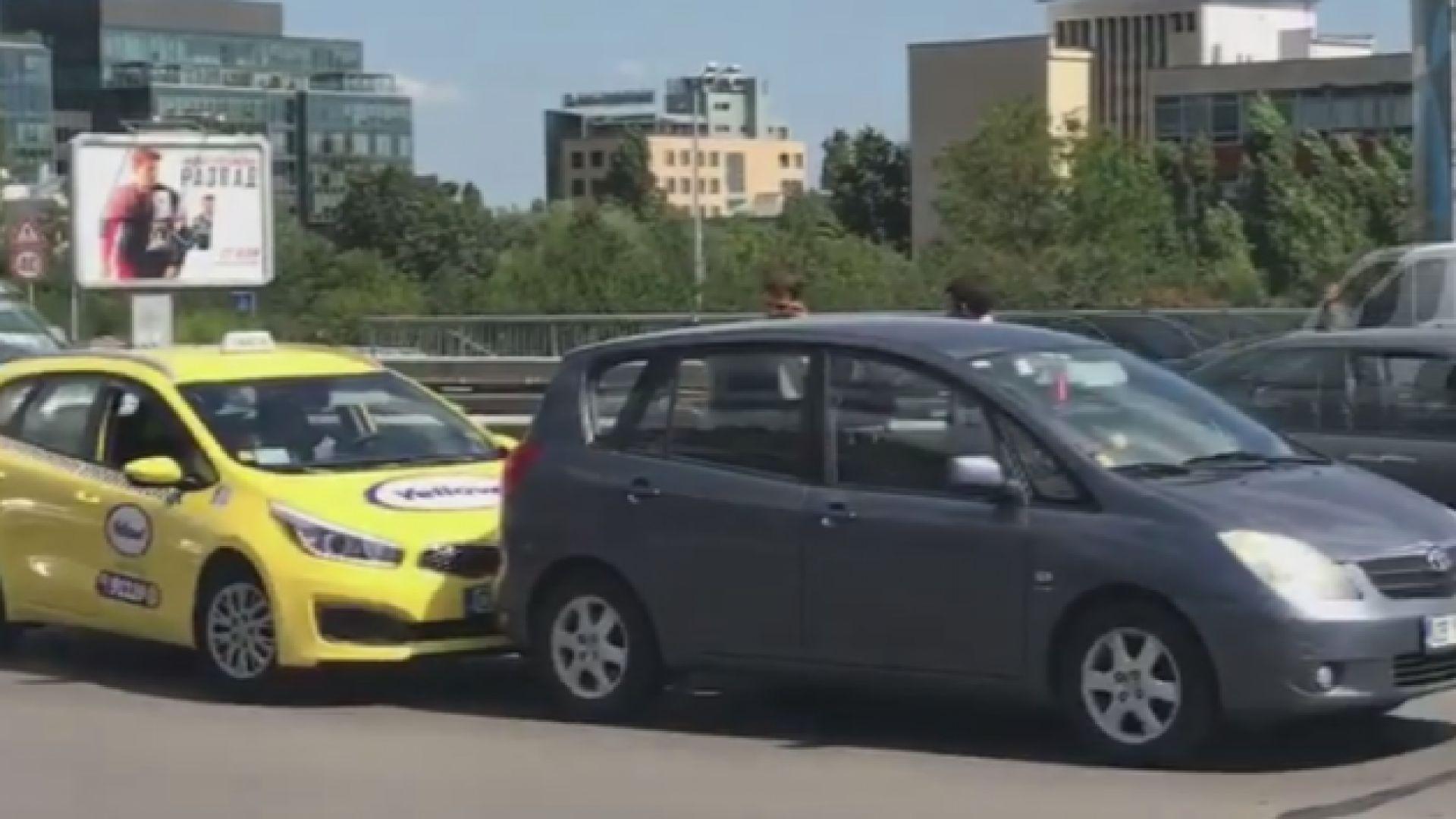 Шофьорка отмъсти на такси, удари го... пет пъти (видео)