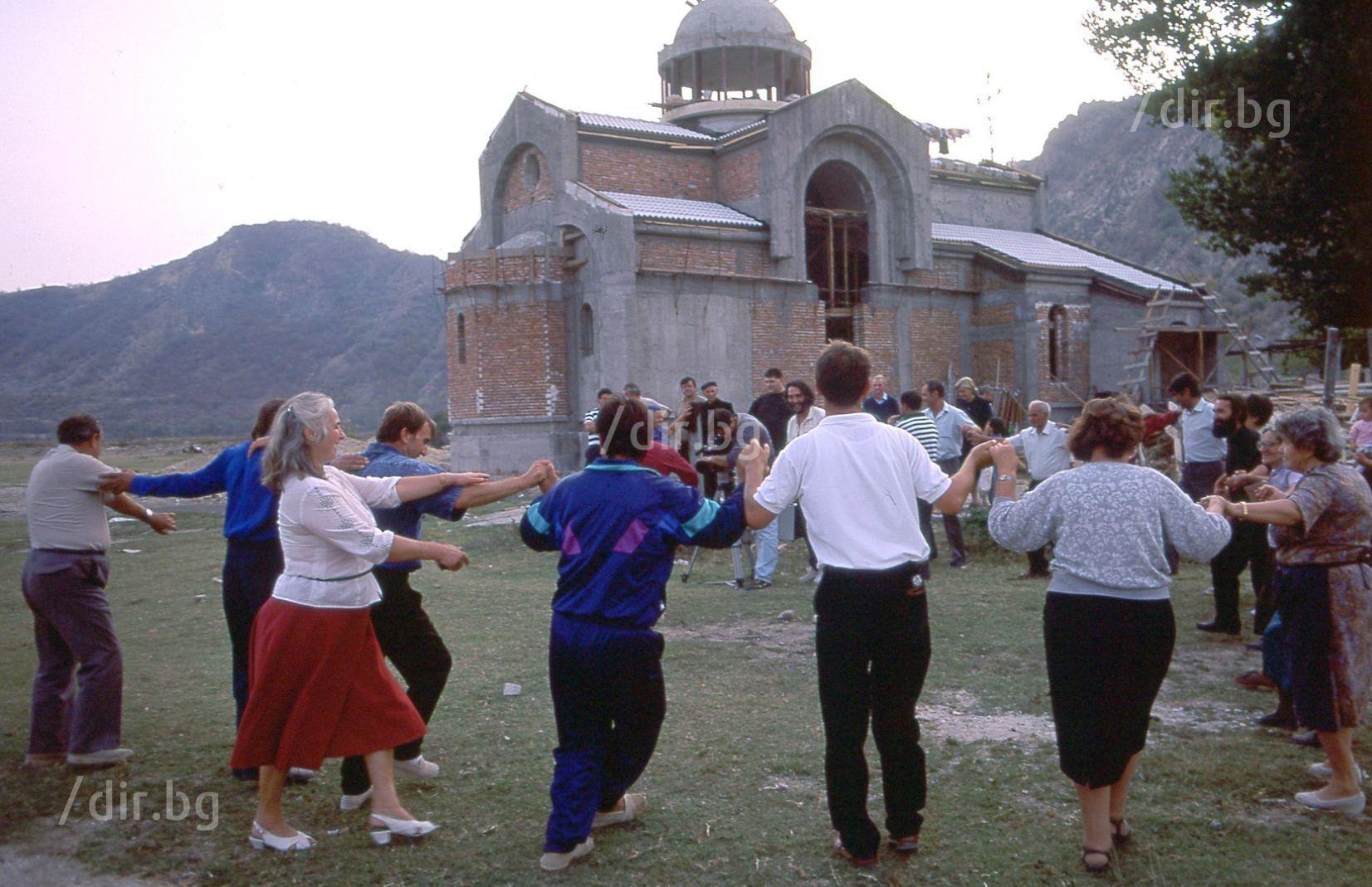 Октомври 1993 г. Близките на Ванга вият хоро край църквата по време на строежа й.