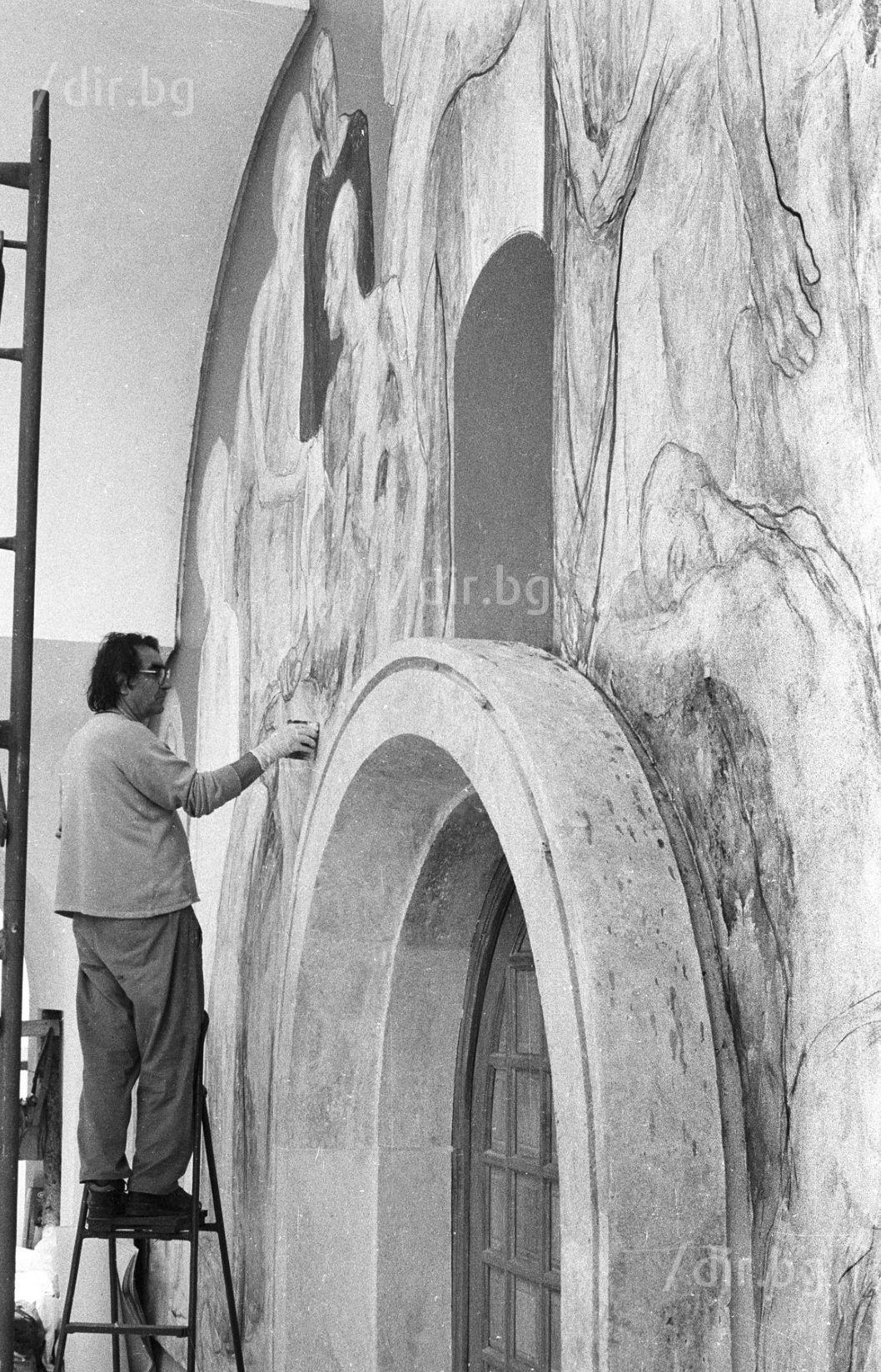"""Октомври 1994 г. Светлин Русев изографисва """"неканоничната"""" църква в Рупите."""
