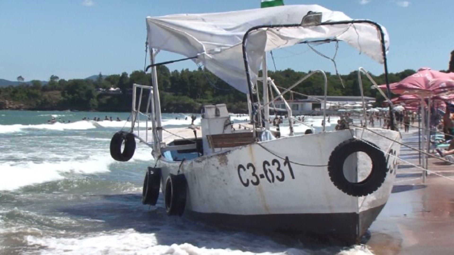"""Неуправляема лодка връхлетя плаж """"Крайморие"""""""
