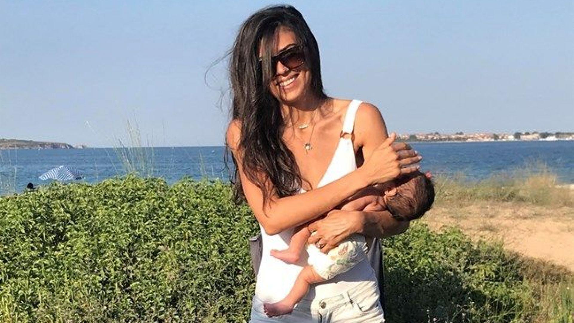 Андрей и Емануела на първо море с бебето