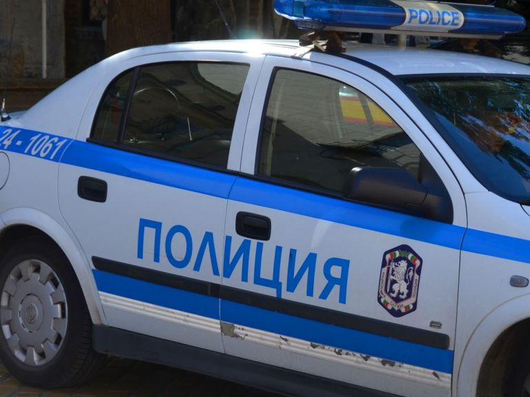 Полицаи преследваха престъпник в София, удариха кола с дете