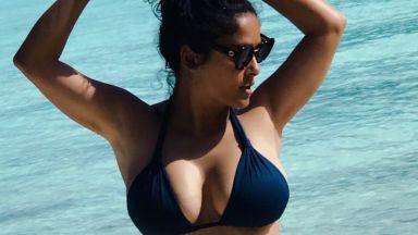 Салма Хайек (51) показа как изглежда без грим на морето (снимки)
