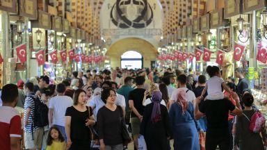 Туристите в Турция се възползват от срива на лирата