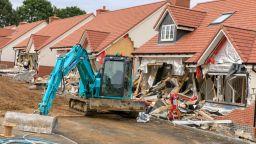 Разярен румънски строител разруши пет къщи в Англия