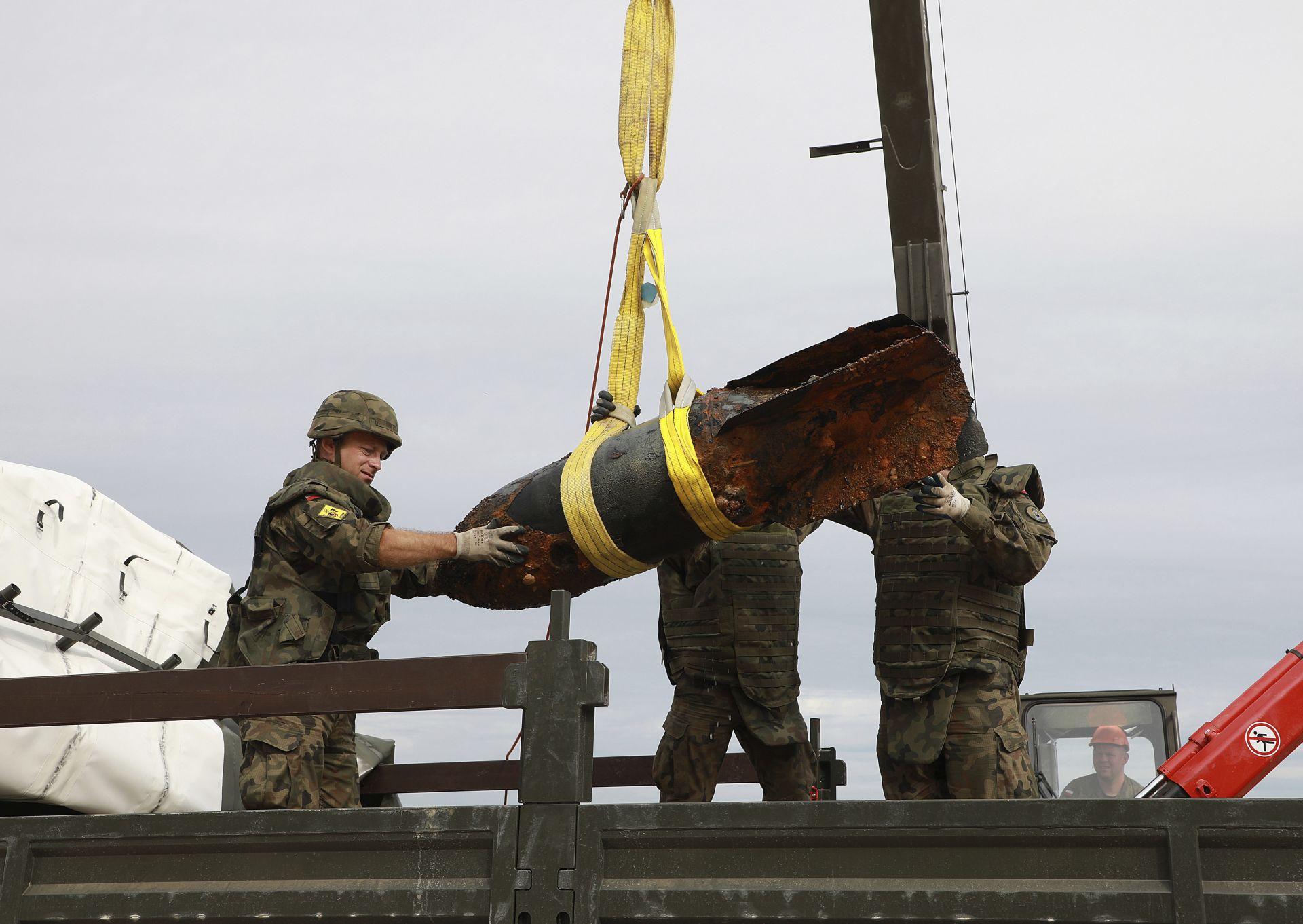 Бомбите, всяка с тегло 300 кг, бяха транспортирани със специален камион до полигон за контролирана детонация