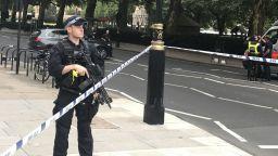 Кола се вряза в оградата на британския парламент, има ранени (видео)