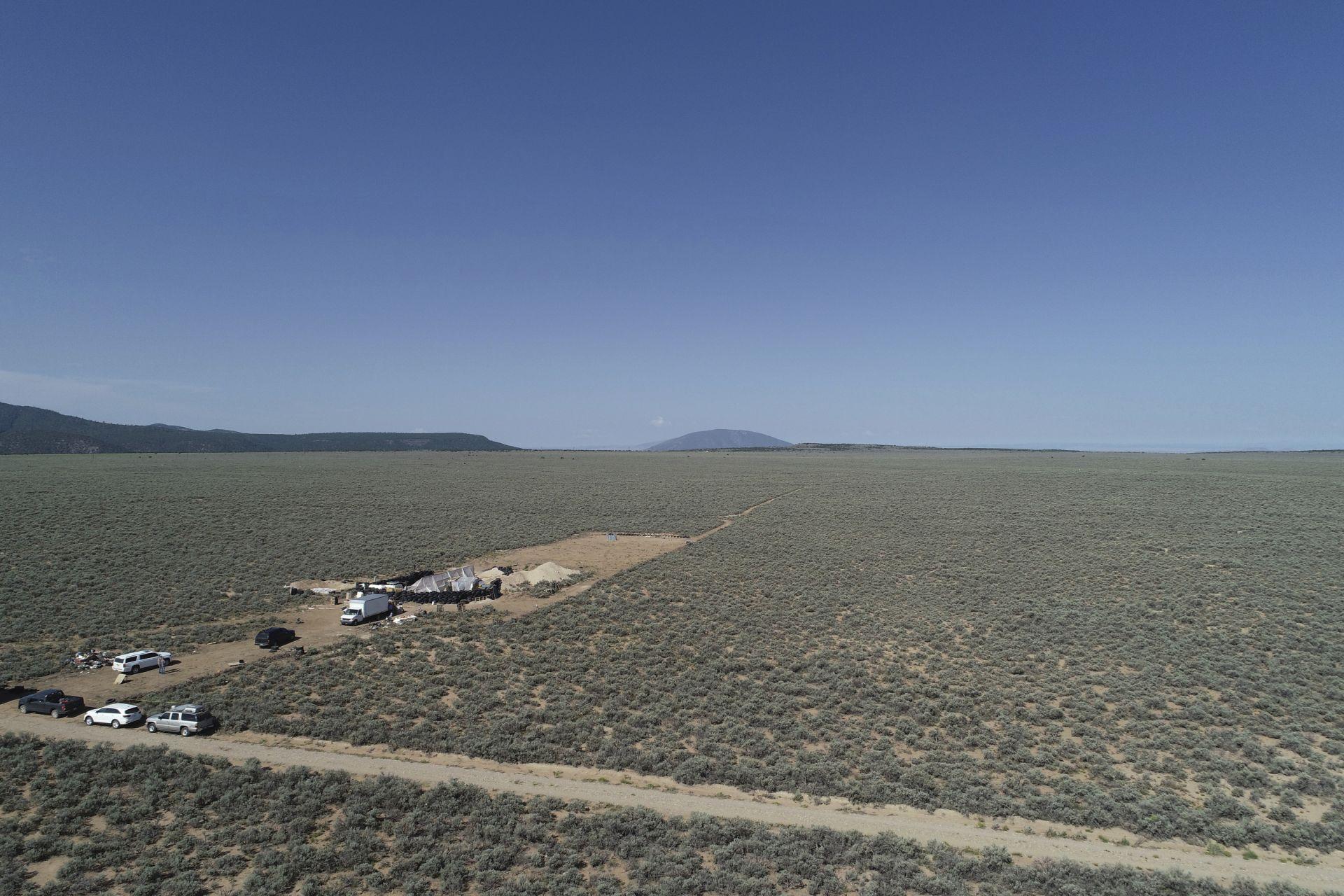 Копторът, в който са държани децата в пустинята