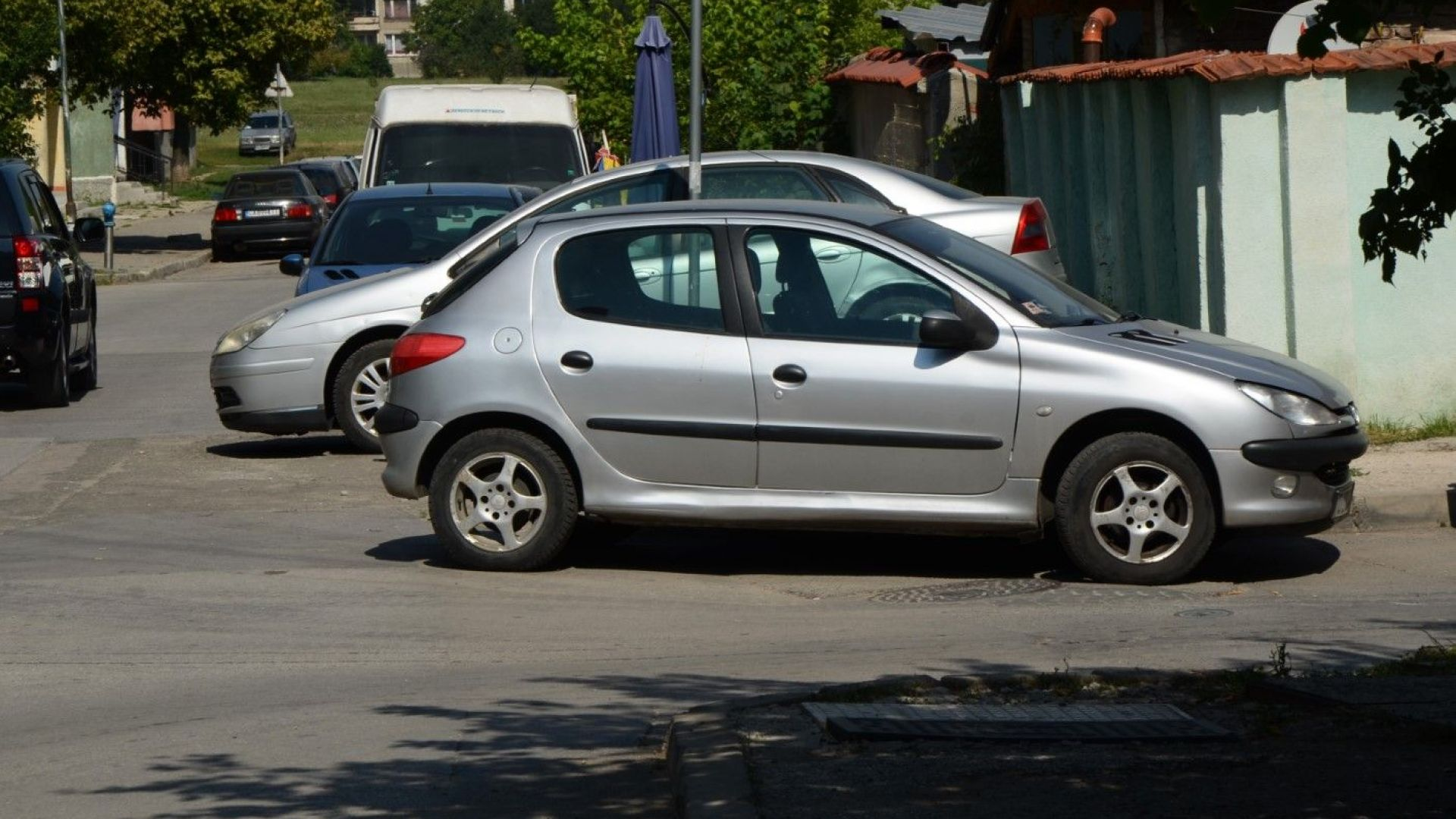 """Как се паркира в """"Люлин"""" - смело на завоя (снимки)"""