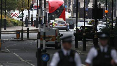 Обвиниха в убийство мъжа, врязал кола в ограждения на парламента в Лондон