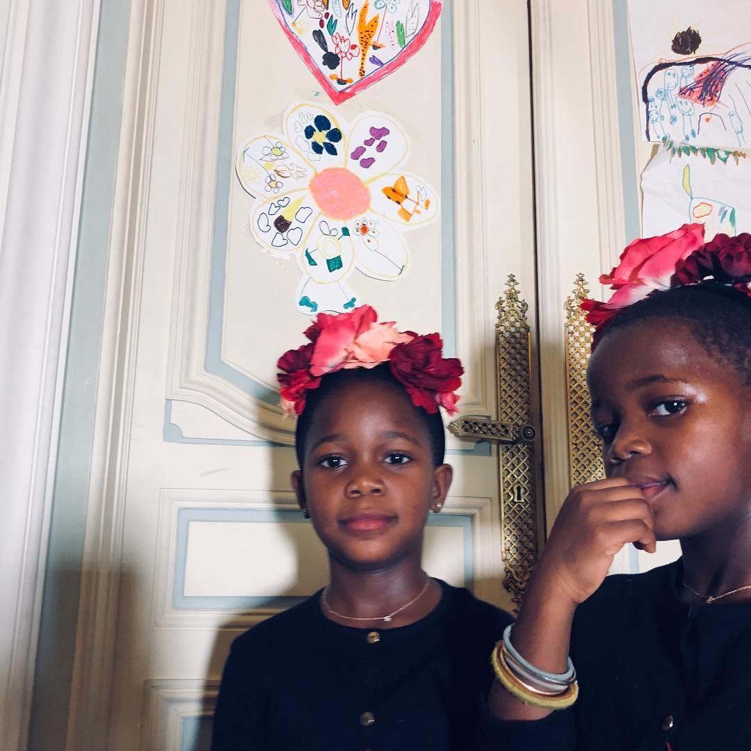 И двете осиновени близначки от Малави живяха в къщата с певицата