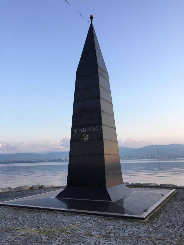 В градския парк на Ялова днес се извисява и единственият в региона паметник на загиналите при земетресението