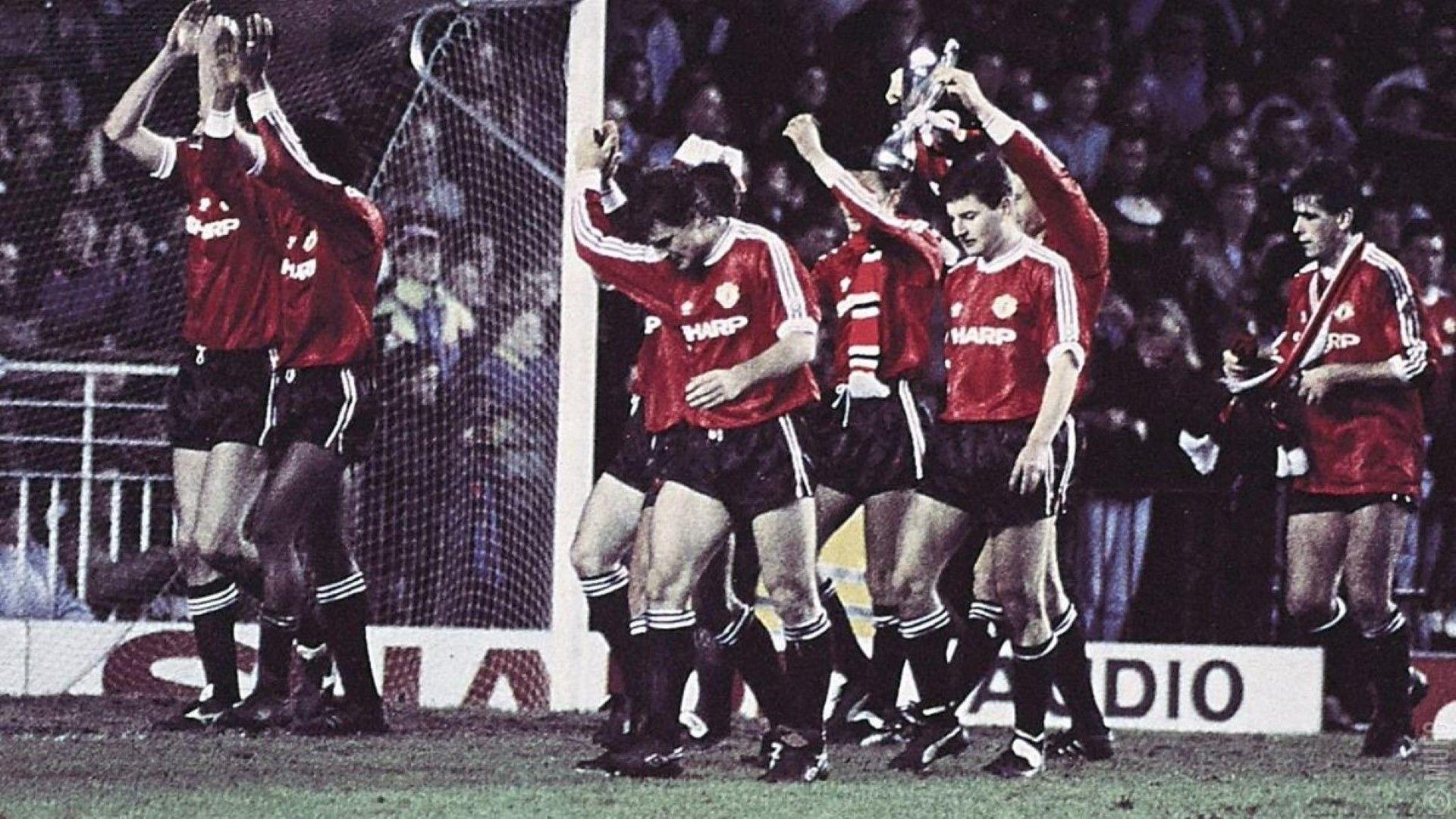 """1991 г. - Финалът, който войната наложи. """"Цървена звезда"""" бе принуден да играе единствен мач на """"Олд Трафорд"""" срещу носителя на КНК """"Манчестър Юнайтед"""", като загуби с 0:1 и сър Алекс Фъргюсън взе третия от 38 трофея с """"червените дяволи""""."""